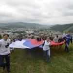В Горно-Алтайске в День российского флага развернули 40-метровый триколор (фото)