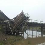 В Ынырге рухнул автомобильный мост (фото)