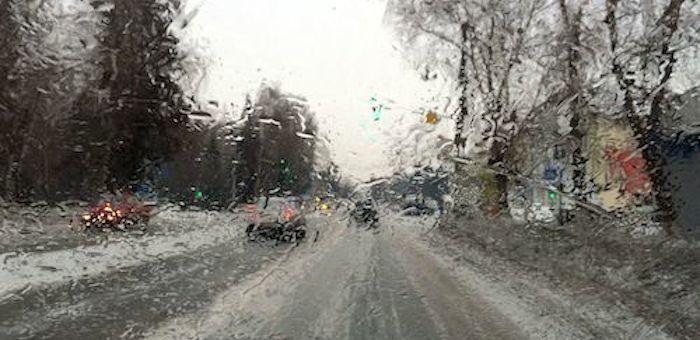 Дождь в конце ноября: Водителей и пешеходов призывают быть предельно внимательными