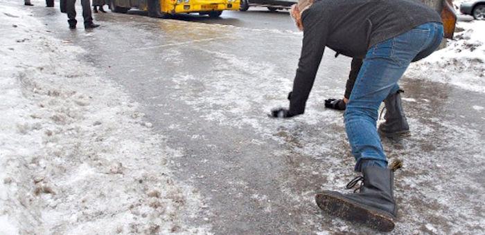 Почти 50 человек пострадали из-за скользких тротуаров