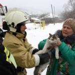 Пожарные спасли забравшуюся на дерево кошку и уснувшего в запертой квартире ребенка (фото)