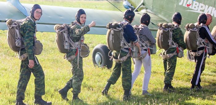Курсанты совершили серию прыжков с парашютом