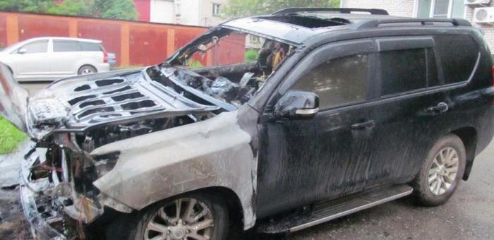 Внедорожник за 5 млн руб сгорел ночью в Горно-Алтайске