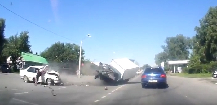 Беременная девушка вылетела через окно автомобиля в результате аварии в Майме (видео)