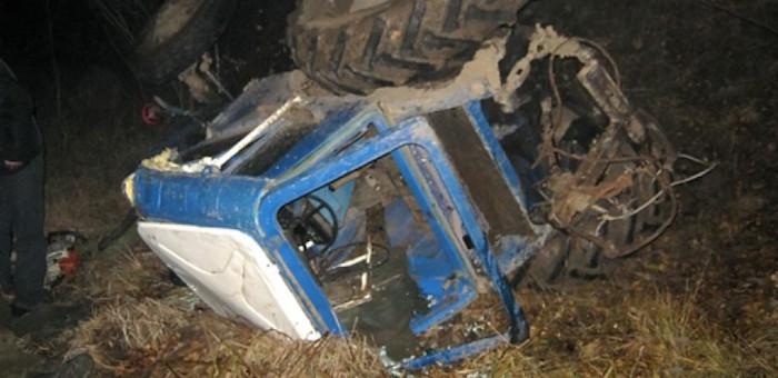 Пьяный сторож врезался в забор на угнанном тракторе