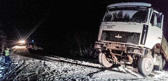 Большегруз со стройматериалами слетел с перевала в Чойском районе (видео)