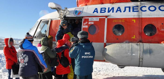 Несколько десятков человек перевезли в отрезанную от мира Балыкчу на вертолете
