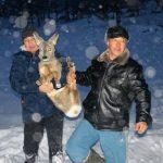 Фотофакт: Охотники помогают попавшим в беду косулям