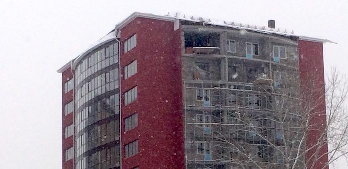 Рабочий сорвался с десятого этажа строящегося дома и погиб
