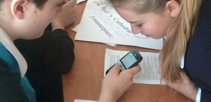 Два подростка украли у одноклассницы мобильный телефон