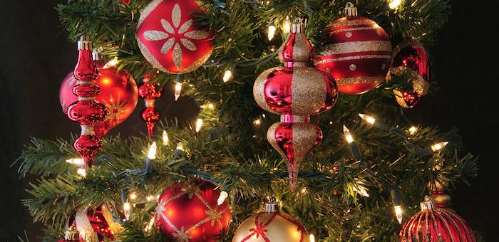 Елки и новогодние игрушки стали жертвами преступных посягательств