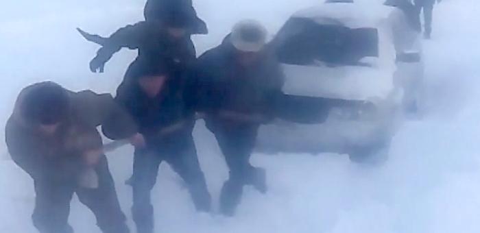 Усть-канские дороги. Как люди вызволяют попавшие в снежный плен автомобили (видео)