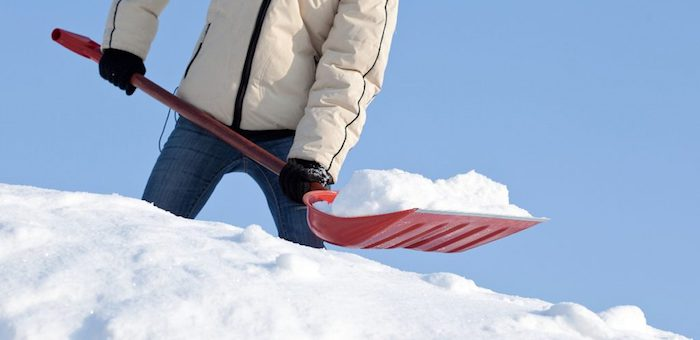 Молодежь и школьники помогают ветеранам убирать снег с крыш и дворов