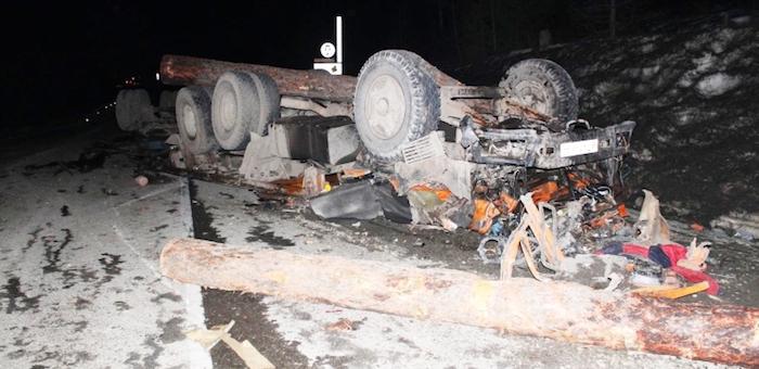 На Семинском перевале перевернулся «Камаз», водитель погиб (фото)
