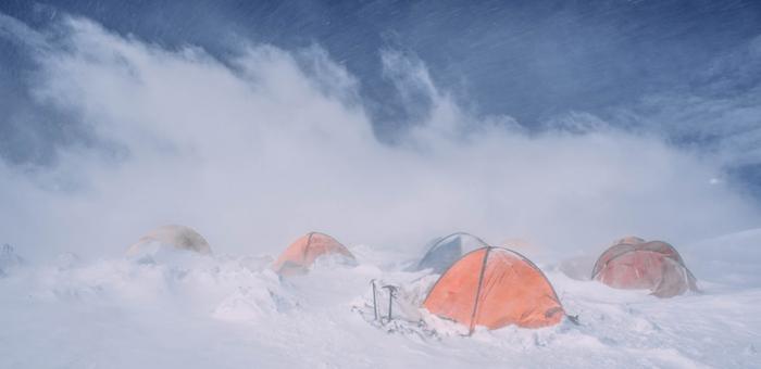 Из-за бурана спасатели до сих пор не добрались до пострадавшего в высокогорье туриста