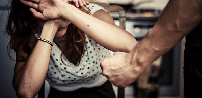 Разбушевавшийся депутат сломал жене руку