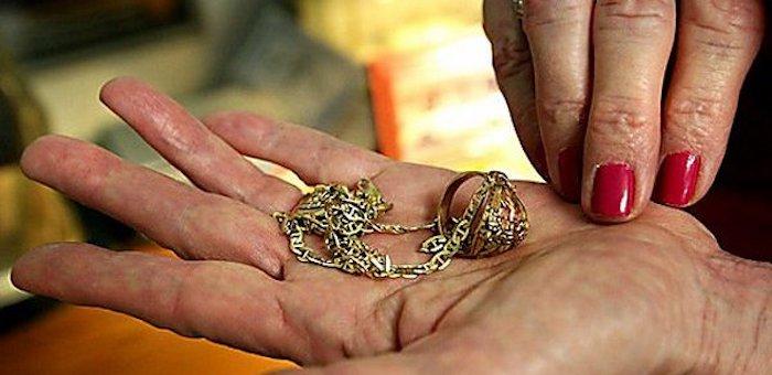 В Паспауле c девушки «сняли порчу», а заодно золотые серьги и кольцо