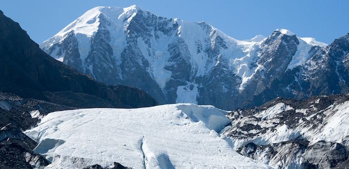 Кузбасский альпинист рухнул в расщелину на перевале Маашей