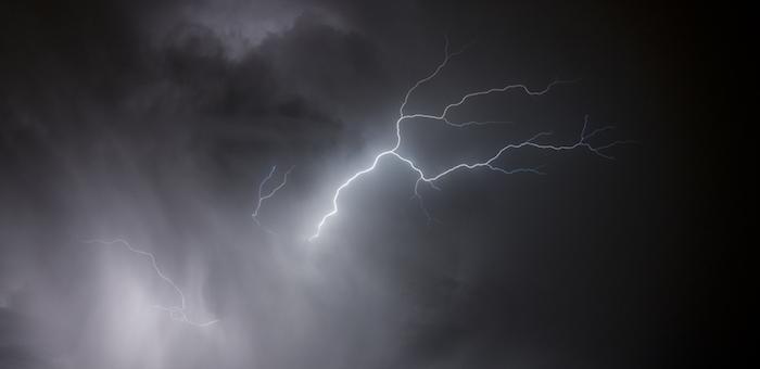 Молнии, гром и снег — редкое природное явление случилось в Горно-Алтайске