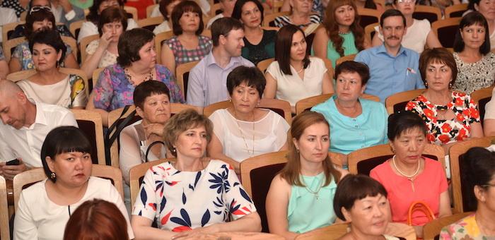 Лучшие врачи Республики Алтай получили награды и почетные звания