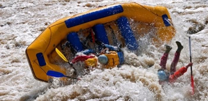 Рафт с туристами перевернулся в Катуни во время вечернего сплава