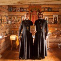 Омский священник установил на Белухе икону
