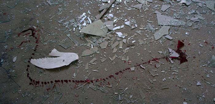 Мужчина пытался зарезать сожительницу осколком стекла