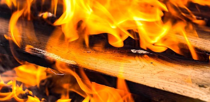 Два человека погибли в Чендеке на пожаре