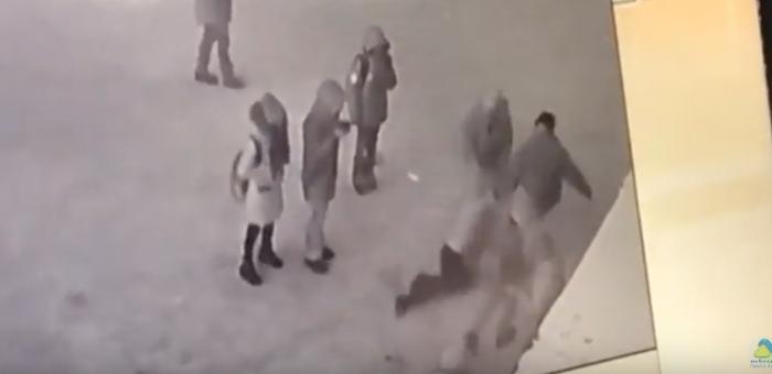 Конфликт на катке около медучилища: взрослые избили школьницу (видео)