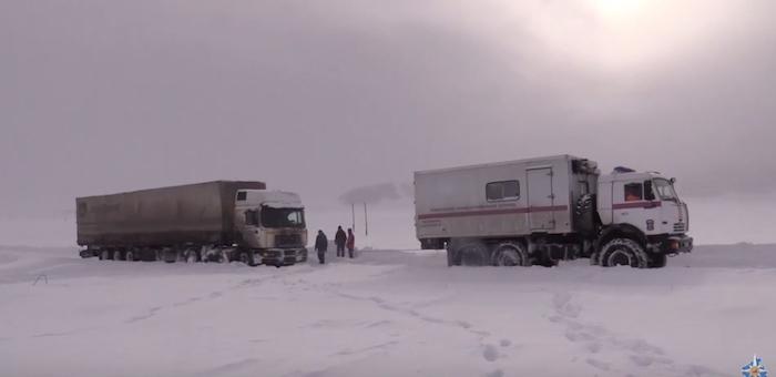 Спасатели патрулируют дороги, чтобы помочь попавшим из-за морозов в беду водителям
