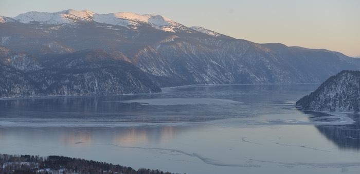 МЧС предупреждает: на льду Телецкого озера находиться небезопасно