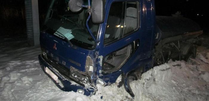 Мужчина разбил угнанный на автомойке грузовик