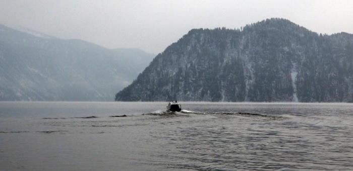 Суд запретил эксплуатацию двух катеров на Телецком озере, приспособленных для перевозки туристов