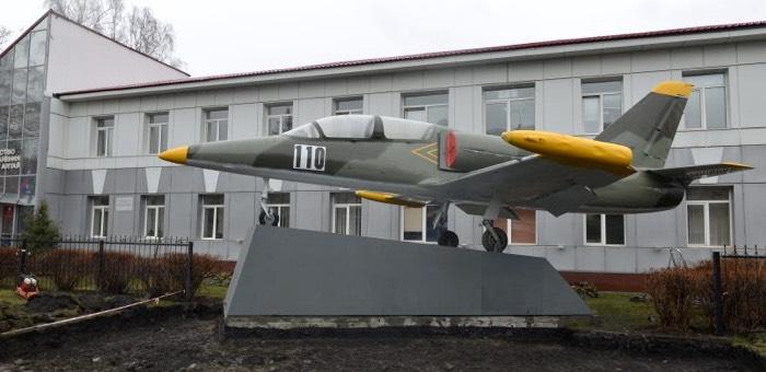 В Горно-Алтайске новый памятник: самолет L-39