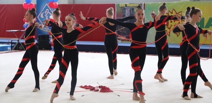 Более 300 спортсменок приняли участие в первенстве по художественной гимнастике