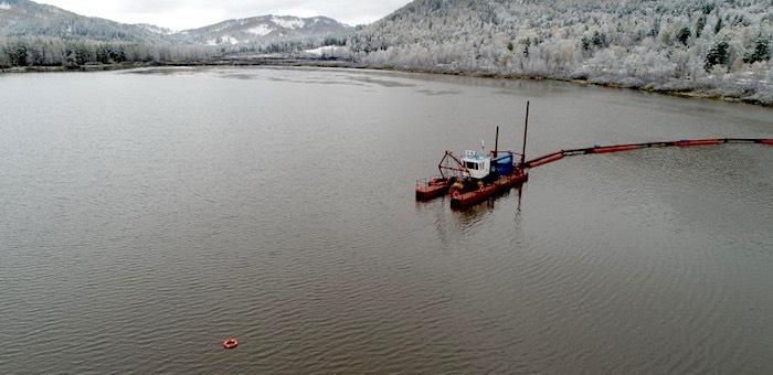 На Манжерокском озере возобновились работы по экологической реабилитации водоема