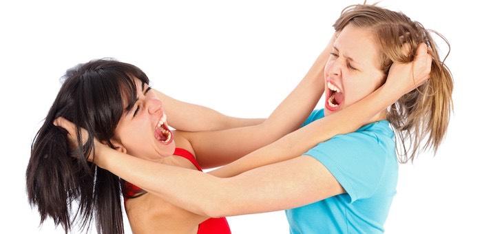 Две девушки подрались, вооружившись кочергой и стаканом