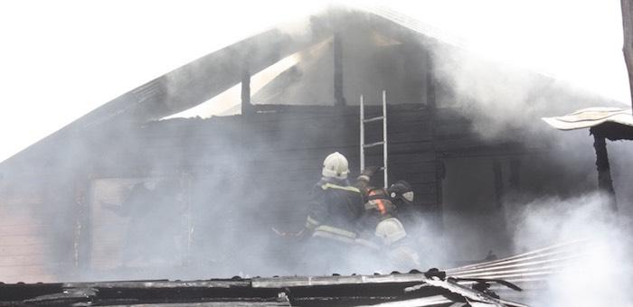 В центре Горно-Алтайска произошел пожар в жилом доме (фото, видео)