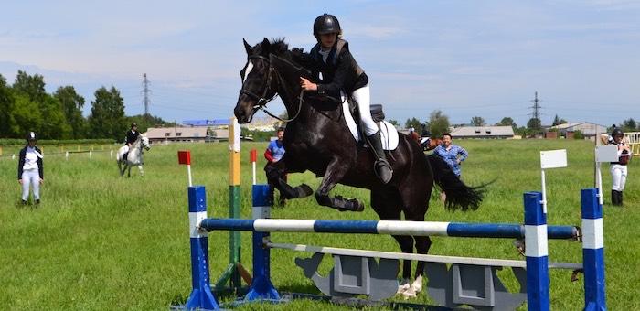 Горно-алтайские спортсменки успешно выступили на соревнованиях по конному спорту в Барнауле