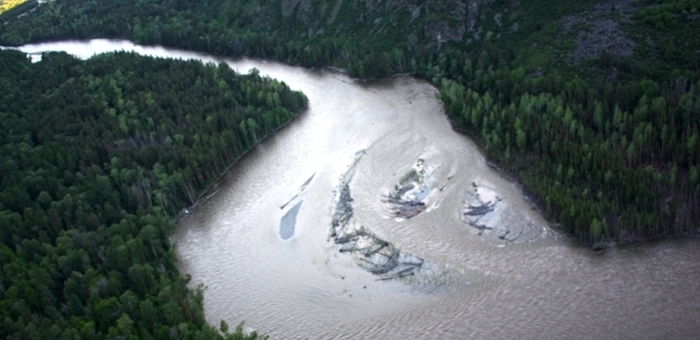 Трое жителей Язулы упали с лошадей в горную реку и пропали без вести