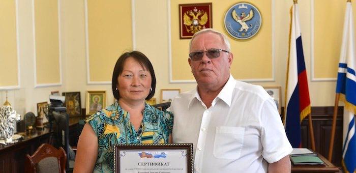 Многодетная семья из Горно-Алтайска получила сертификат на автомобиль