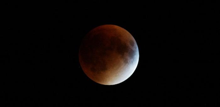 Полное лунное затмение и великое противостояние с Марсом произойдет сегодня ночью