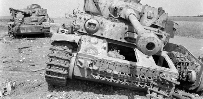 Прямой наводкой подбил два немецких танка