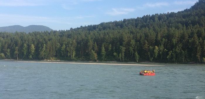 Около Манжерока перевернулась резиновая лодка, туристка из Барнаула утонула