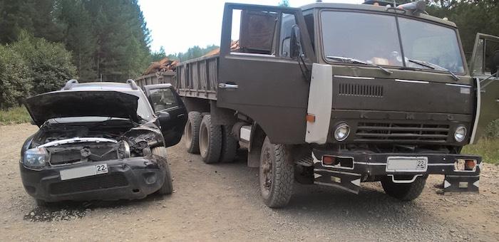 «КАМАЗ» столкнулся с легковушкой в Турочакском районе