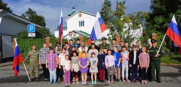Автопробег, квест-путешествие, восхождение: в Республике Алтай отметили День российского флага