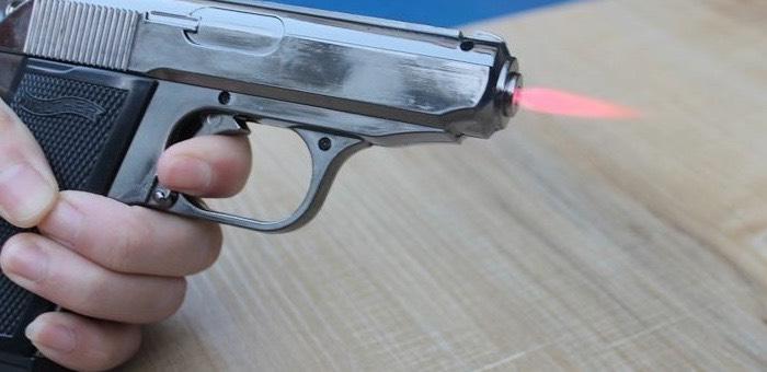 Пьяный горожанин пугал прохожих зажигалкой в виде пистолета