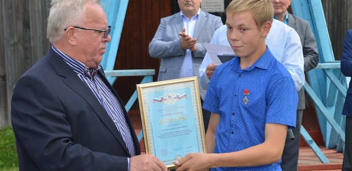 Школьник-герой получил нагрудный знак «Горячее сердце»