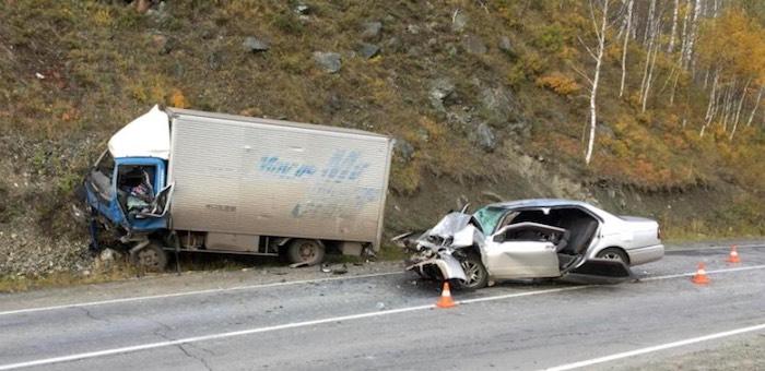 На Чуйском тракте легковой автомобиль врезался в грузовик, водитель погиб