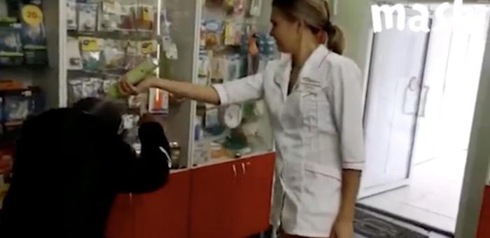Сотрудница аптеки поглумилась над бездомным и облила его освежителем воздуха. Видео
